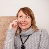 красивая девушка говорит на мобильном телефоне в уютном кафе. — Стоковое фото