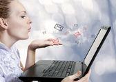 Ung kvinna med datorn. blogger — Stockfoto