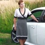 piękna młoda kobieta stoi w pobliżu białego sportu samochodowego — Zdjęcie stockowe