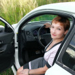 piękna kobieta uśmiechający się siedzący za kierownicą samochodu sportowe wi — Zdjęcie stockowe