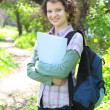 teenage studentin im park — Stockfoto #5597041