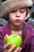 Pojke och grönt äpple — Stockfoto