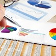 Analyzing investment charts. - Foto Stock