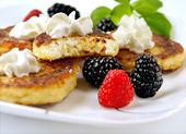 Curd pancakes with berries . — Foto de Stock