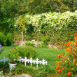 Pretty manicured flower garden — Stockfoto