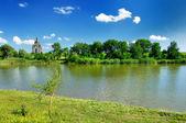 église romantique et lac sous le ciel bleu — Photo