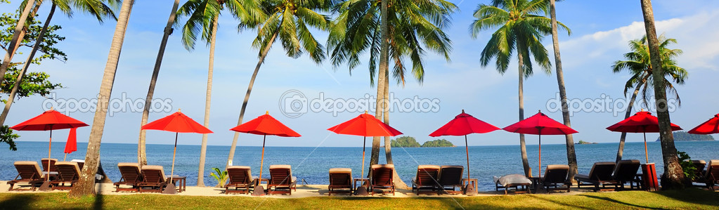 Panorama of perfect tropical beach with red umbrellas, Siam Bay. Thailand — Stock Photo #6520176