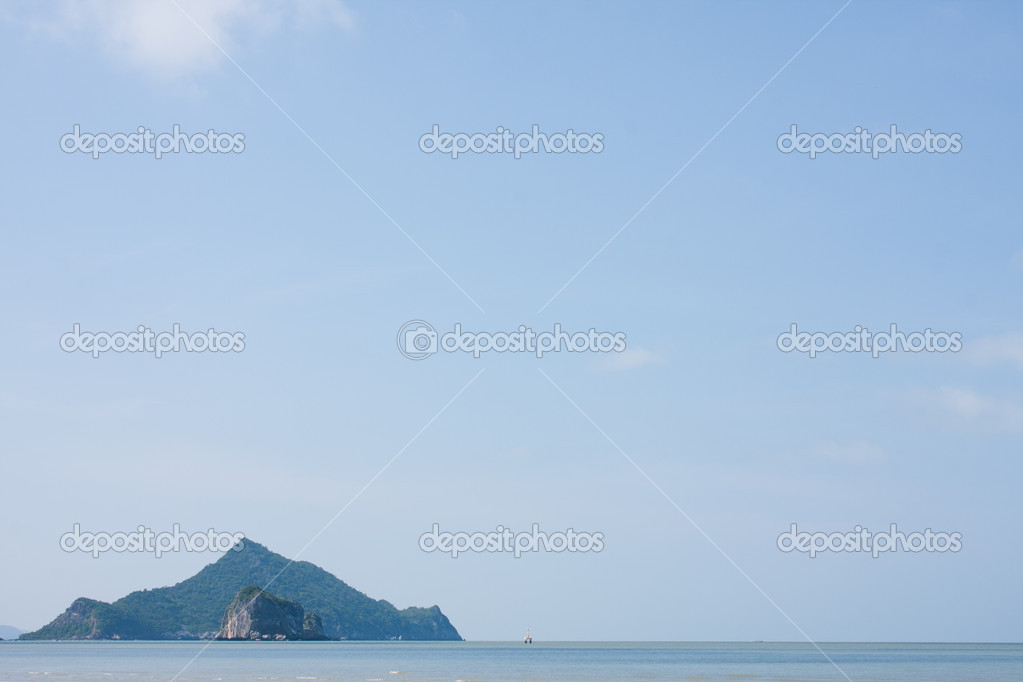 The big island in the sea. blue sky and the island. — Stock Photo #5575606