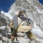 Ángel piedra en memoria de alpinistas en la cima de kala pattar y mo — Foto de Stock   #5751428