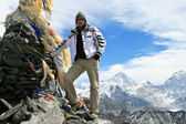 A man standing on the top of Kongma La pass with mount Makalu on background — Stock fotografie