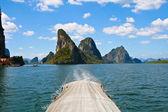 Exotiska kalksten öar i phang nga bay visa från turist båt, thailand — Stockfoto