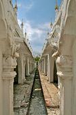 White stupas in Kuthodaw temple in Mandalay, Myanmar (Burma). — Stock Photo