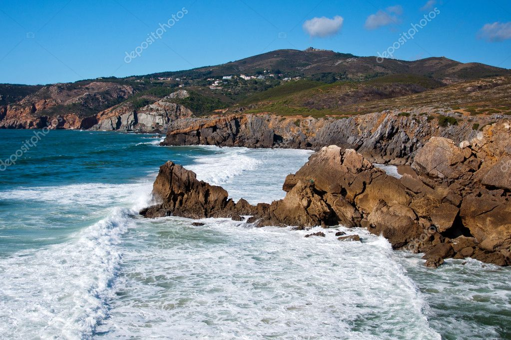 Portugal beach mountain cliff drops splashing water — Stock Photo #6679267