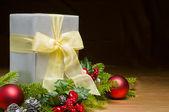 Cadeau décoré avec or satiné et décoration de noël — Photo