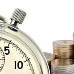 Stoppur och mynt — Stockfoto