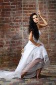 Dívka je ve svatebních šatech — Stock fotografie