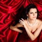 Красивая молодая женщина находится в красной одежде — Стоковое фото