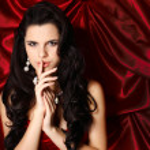 een mooie jonge vrouw is in rode kleren — Stockfoto