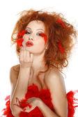 赤い羽を持つ美しい赤毛の女の子 — ストック写真
