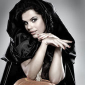 Brunette sexuelle dans le costume de sorcière dans la nuit de halloween — Photo