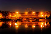 夜の街の明かりは、川に反映されます。 — ストック写真