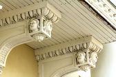 Ein alter balkon geschmückt mit schönen weiblichen köpfen — Stockfoto
