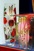 Two vases and red beads in a shop window — Stock Photo