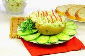 Aardappelen met radijs, komkommer en een peterselie — Stockfoto