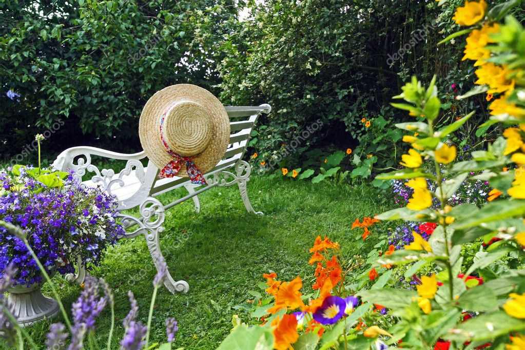Peacuful summer garden with a hat — Stock Photo #6605363