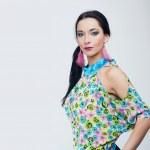 Красивые моды девушка в красочной одежде — Стоковое фото