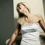 笑顔の白いシャツに金髪の女の子 — ストック写真