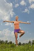 Jeune fille blonde dans le parc naturel verdoyant, programme de remise en forme — Photo