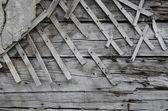 старая деревянная стена с частью штукатурки — Стоковое фото