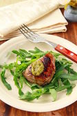 Beef steak with arugula salad and pesto — Stock Photo
