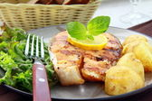 Red fish salmon grilled with lemon and salad — Stock Photo
