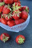 新鲜美味的草莓古董玻璃花瓶 — 图库照片