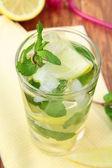 Fresh lemon lemonade with mint leaves and ice — Fotografia Stock
