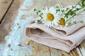 Keten çanta üzerinde bir ahşap masa rustik natürmort üzerinde papatya buketi — Stok fotoğraf