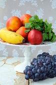 Assortiment van de zomer fruit - perziken, appels, druiven, bananen — Stockfoto