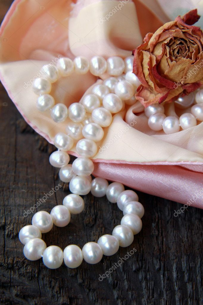 White pearls in a pink bag with dry rose — Stock Photo #6382267