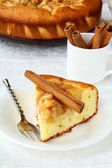 Palillo casero pastel de manzana y canela — Foto de Stock