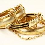Gold-Schmuck, Armbänder und Ketten — Stockfoto