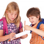 Дети позируют для обратно в школу тема — Стоковое фото