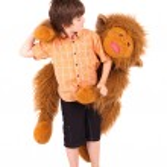 Little boy embraces a teddy bear — Stock Photo