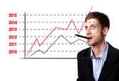 Grafico analizzando uomo sulla lavagna — Foto Stock