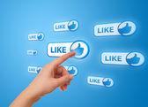 Main appuyant sur icône de réseau social — Photo