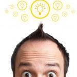 homme jeune drôle avec ampoule au-dessus de sa tête — Photo