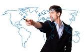 человек, рисование карта мира — Стоковое фото