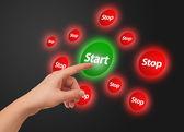 Main en appuyant sur le bouton démarrer — Photo