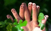 Groep van vinger smileys in de natuur — Stockfoto